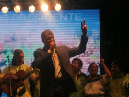 Celebración triunfo Mashi Rafael Correa en la Shyris