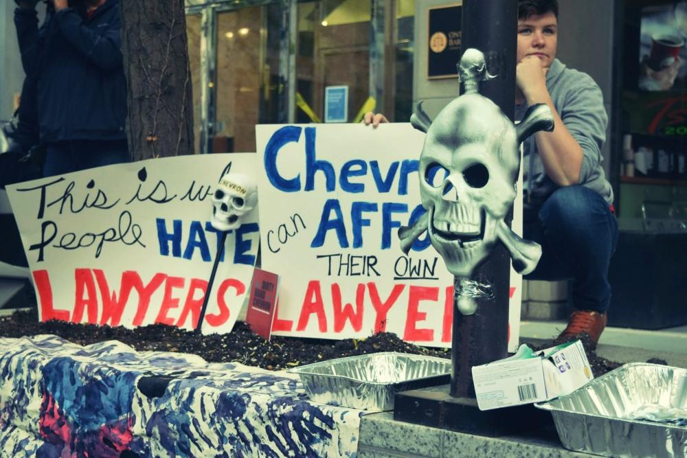 Protesta fuera de las oficinas de la la Asociación de Abogados de Canada (AAC) en Toronto, realizada el 9 de octubre de 2014.