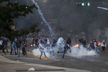 CAR51. CARACAS (VENEZUELA), 06/03/2014.- Manifestantes se enfrentan a integrantes de la Policía Nacional Bolivariana (PNB) durante una protesta contra el gobierno del presidente venezolano Nicolás Maduro hoy, jueves 6 de marzo del 2014, en Caracas (Venezuela). EFE/MIGUEL GUTIÉRREZ