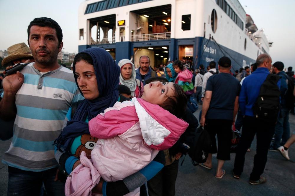 Migrantes desembarcan en el puerto de El Pireo, cerca de Atenas, el domingo 14 de junio de 2015. Unos 2.000 inmigrantes permanecían varios días varados en la isla griega de Lesbos. (Foto AP/Yorgos Karahalis)
