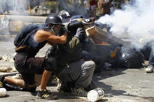 El-efecto-negativo-de-las-guarimbas-en-Venezuela-1